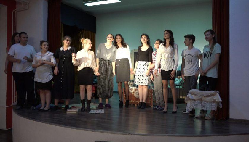 Predstava Osam zena Gimnazija glumci